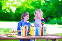 Enfants dans la cour d'école Photographie stock