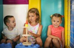 Enfants dans la cour de jeu Photographie stock libre de droits