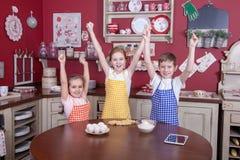 Enfants dans la cuisine essayant d'apprendre la cuisson Photo libre de droits