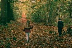 2 enfants dans la forêt Image stock