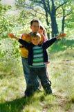 Enfants dans la forêt Photo stock