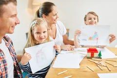 Enfants dans la maison de peinture de famille comme souhait à la maison photographie stock