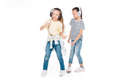 Enfants dans la musique de écoute d'écouteur Photos stock