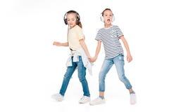 Enfants dans la musique de écoute d'écouteur Images libres de droits