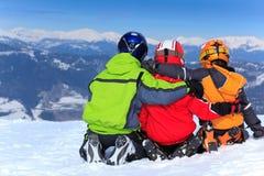 Enfants dans la neige sur la montagne Photo stock
