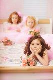 Enfants dans la pépinière dans des robes roses Photo stock
