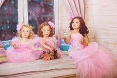 Enfants dans la pépinière dans des robes roses Photos libres de droits