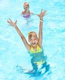 Enfants dans la piscine. Photos libres de droits