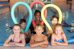 Enfants dans la piscine Photo stock