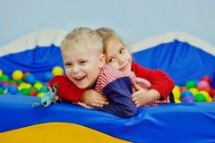 Enfants dans la piscine avec des boules Photo stock
