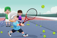Enfants dans la pratique en matière de tennis Image libre de droits