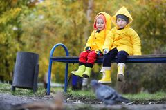 Enfants dans la promenade de parc d'automne photos libres de droits