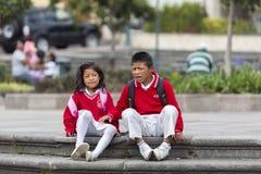 Enfants dans la rue de Quito après école, Equateur Images stock