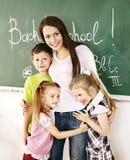 Enfants dans la salle de classe près du tableau noir. Photos libres de droits
