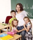 Enfants dans la salle de classe près du tableau noir. Image libre de droits
