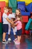 Enfants dans la tour de bâtiment de jardin d'enfants avec des poings Images stock