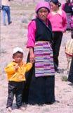 Enfants dans la vie de village rural au Thibet Photographie stock libre de droits