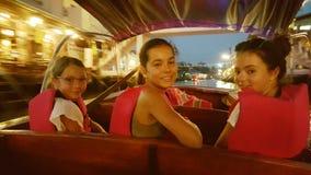 Enfants dans le bateau, marché de flottement d'Amphawa, Bangkok, Thaïlande Photo libre de droits