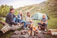 Enfants dans le camp par le feu Photo stock