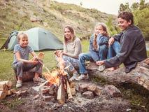 Enfants dans le camp par le feu Photos stock