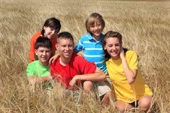 Enfants dans le domaine de maïs Photographie stock