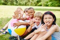 Enfants dans le jardin d'enfants international Photographie stock libre de droits