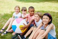Enfants dans le jardin d'enfants international Photographie stock