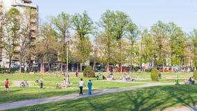 Enfants dans le jardin urbain Parco del Te dans Mantua Photos libres de droits