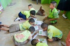 Enfants dans le jour scolaire d'activités à l'école primaire image libre de droits