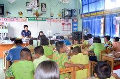 Enfants dans le jour scolaire d'activités à l'école primaire photo libre de droits