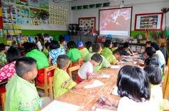 Enfants dans le jour scolaire d'activités à l'école primaire photo stock