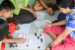 Enfants dans le jour scolaire d'activités à l'école primaire photos stock