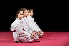 Enfants dans le kimono se reposant sur le tatami sur le séminaire d'arts martiaux Foyer sélectif images libres de droits