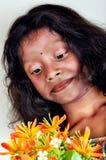 Enfants dans le regard de fleurs photos stock