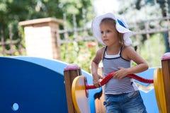 Enfants dans le terrain de jeu Photo stock