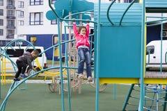 Enfants dans le terrain de jeu Image libre de droits
