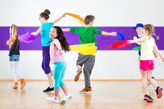 Enfants dans le traninng de classe de danse avec des écharpes Photos stock