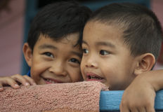 Enfants dans le village de l'eau près de Bandar photos libres de droits