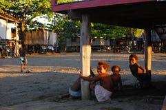 Enfants dans le village de la Papouasie-Nouvelle-Guinée Photos libres de droits