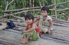 Enfants dans le village vietnamien traditionnel Photos stock