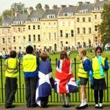 Enfants dans les drapeaux observant la visite de la Grande-Bretagne Image stock