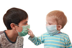 Enfants dans les masques médicaux Photos stock