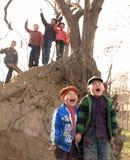 Enfants dans un accouplement à crier pour la joie, et voca Images stock