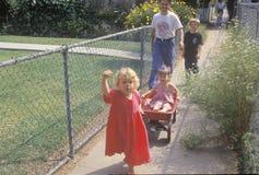 Enfants dans un chariot rouge, Venise, CA Images stock