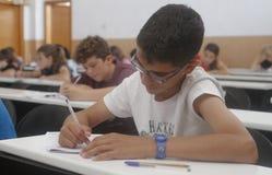 Enfants dans un examen photographie stock libre de droits