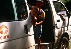 Enfants dans un fourgon de SOIN, Kosovo Images stock