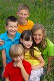 Enfants dans un pré Photos libres de droits