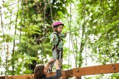 Enfants dans un terrain de jeu d'aventure Photos libres de droits
