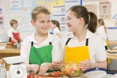 Enfants dans une classe de cuisson Photographie stock libre de droits