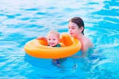 Enfants dans une piscine Photo stock